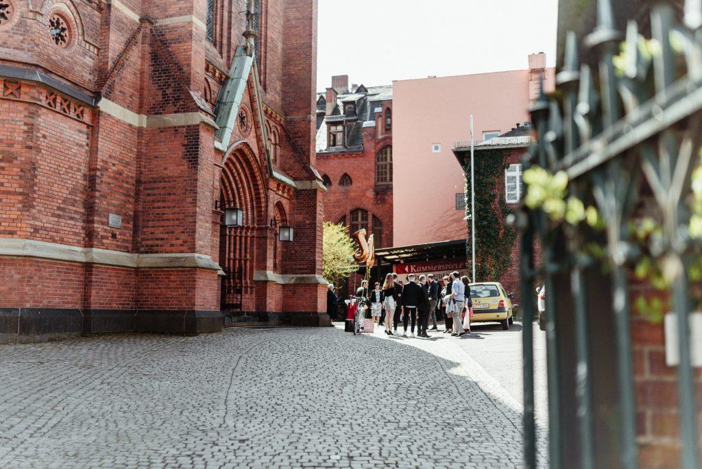Bräutigam_Bergkirche_hochzeitsreportage_hochzeitsfotograf_Brautpaarshooting_Evangelische_Wiesbaden